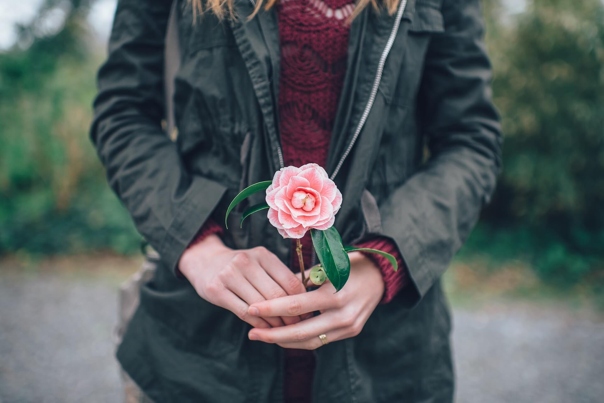 Woman holding flower: What is mindfulness for women?
